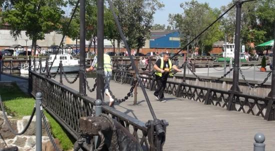 The swing bridge under operation