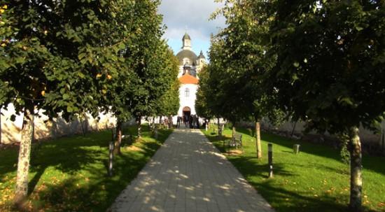 Pažaislis monastery tree-lined avenue