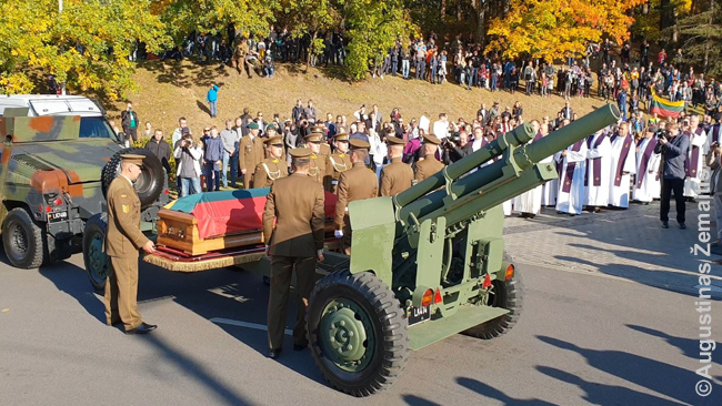 Vanagas's coffin is taken off from the artillery trailer